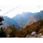 ラリグラスの咲く村からカレソール山を臨む。